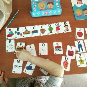 Djevojčica i edukativne kartice