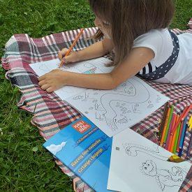 Djevojčica boji grafomotoričku vježbanku linije